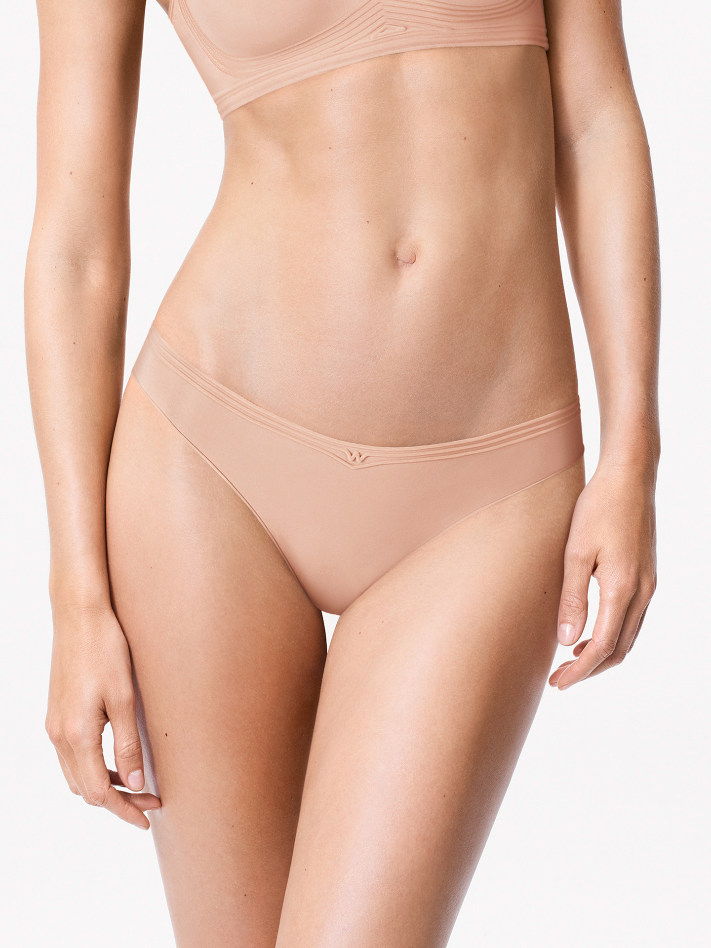 Innovative, feminine, minimalistic: The pleasantly soft Cotton Contour material, bonded side seams and flocked silicone strips, which take on the function of stretchy elastic, make this string an extra-comfortable, must-have item.
