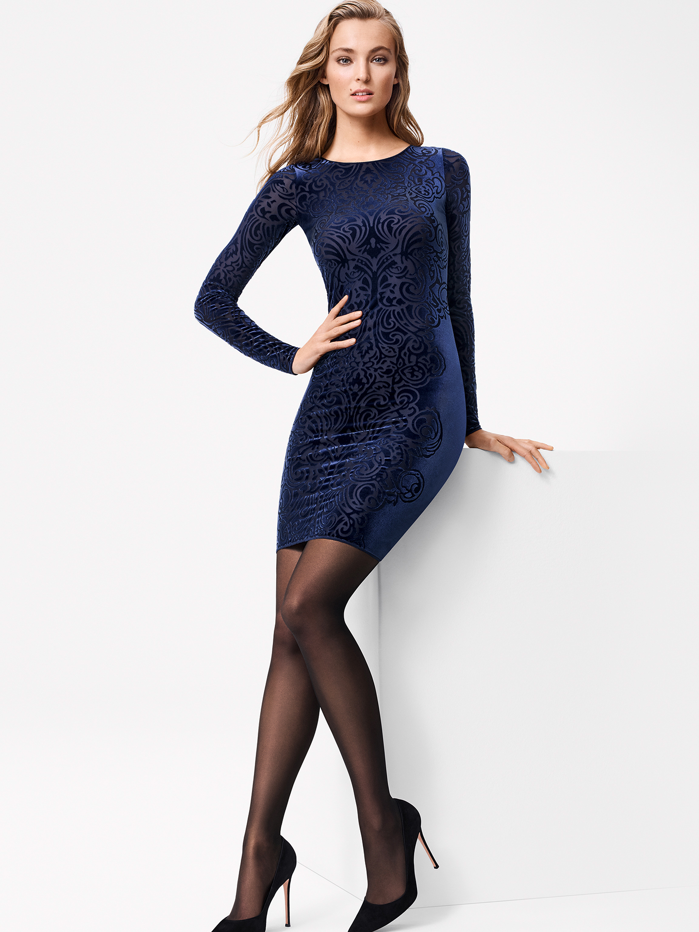 Soft elegance: The decorated effect at the front and on the sleeves is made from a wonderfully soft devoré velvet and makes the dress a versatile and feminine eye-catcher. The small crew neck, figure-hugging fit and over-knee cut highlight the feminine look. The front section is lined in light beige and the cuffs have high-quality ridging.